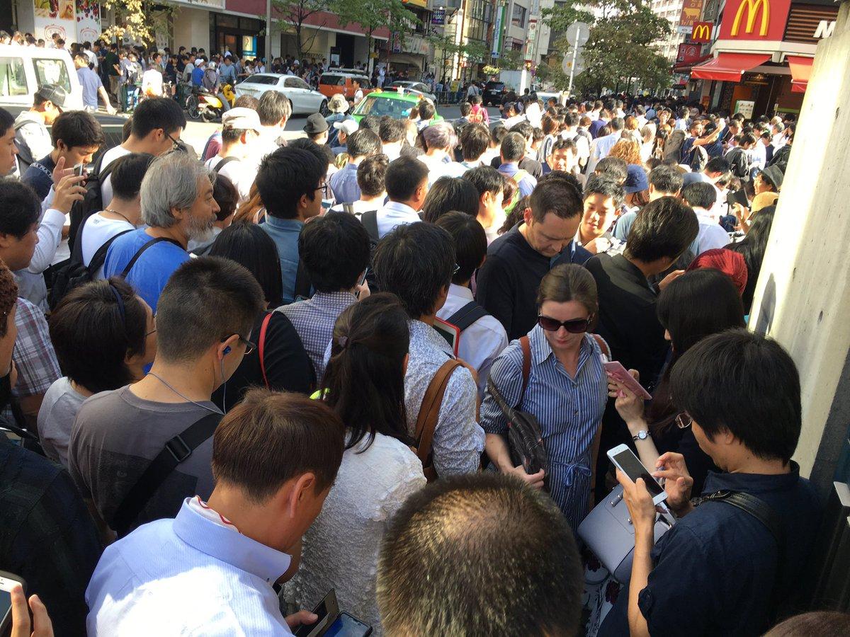 新宿のマックでPokémon GOのレイドバトルあるっていうから(15時開催のやつ)来てみたら死人が出るレベルで人がいるwwww ポケモンとるってレベルじゃねーぞ!! みんなミューツー欲しすぎやろ…回線落ちしてバトルすらできない😭😭😭