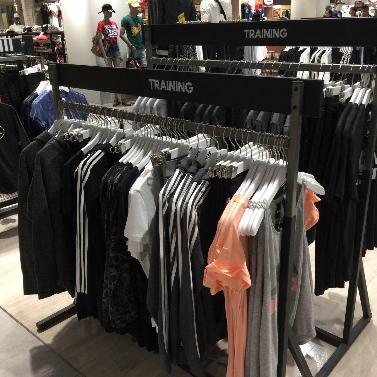 วันนี้มาส่องเสื้อกันหนาวฮู้ดๆของ adidas สักหน่อย ใครสายขาวดำออริจินอลๆนี่มาเลย สีนี้ของอดิดาสคือใส่ได้เรื่อยๆเลยดูคลาสสิค 💀🖤✨2400฿ - 3000฿ นิดๆ @ ฟิวเจอร์ฝั่ง Central ติดลานสเก็ตน้ำแข็ง