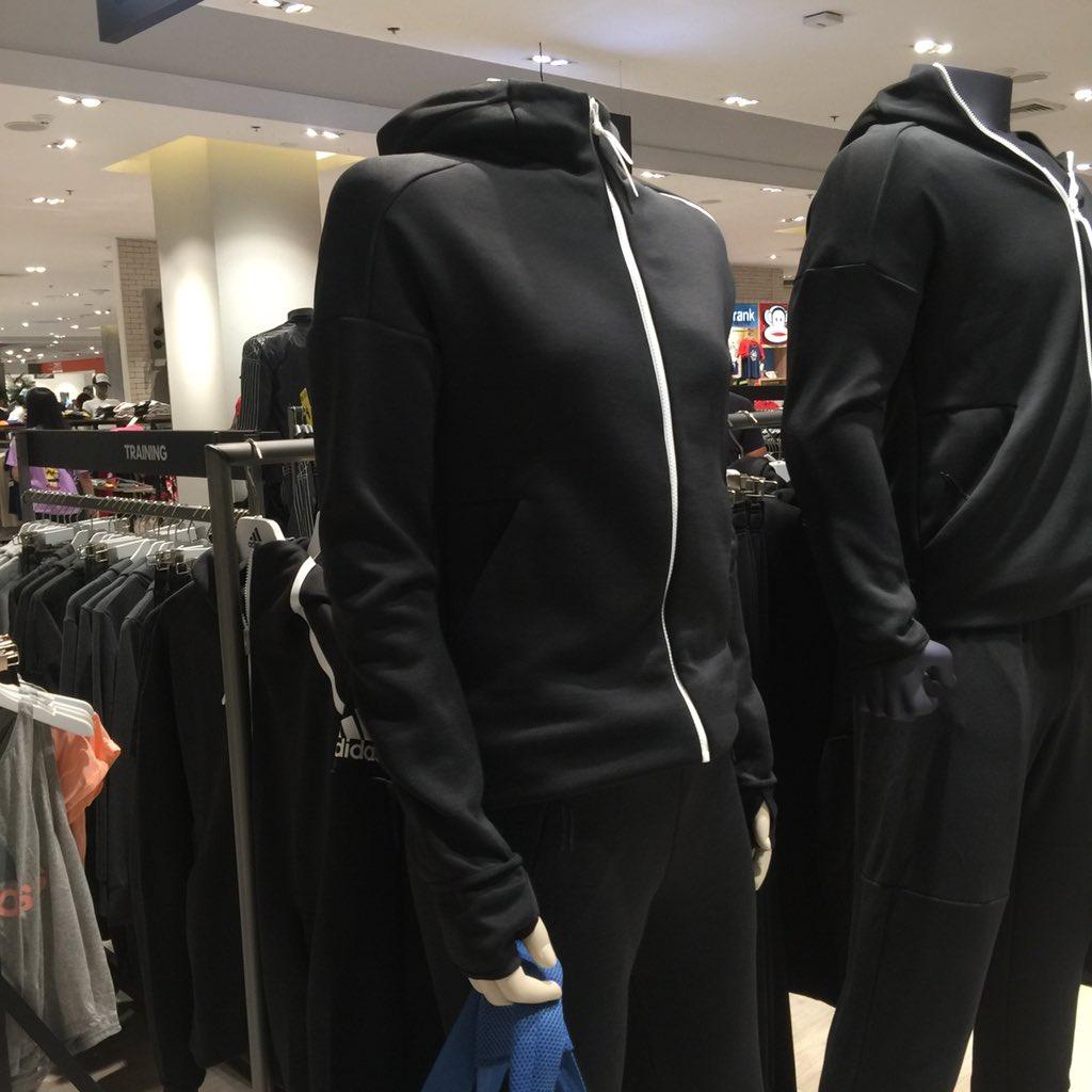 ตัวสุดท้ายเขาติดป้าย New Arrival ดีไซน์แบบมินิมอลหน่อย ชอบผ้าเขาดูนิ่มๆลื่นๆเรียบๆดี ตัวนี้เพิ่งเข้าจำราคาไม่ค่อยแม่น 2500฿ - 3000฿