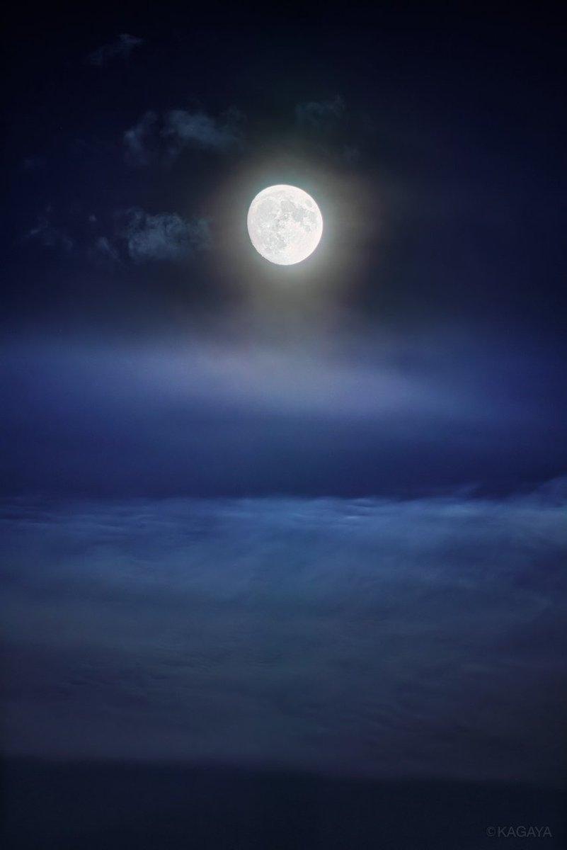 空をご覧ください。 満月に次いで美しいといわれる十三夜の月が輝いています。 (先ほど東京にて撮影) 明後日9/24は十五夜、中秋の名月です。