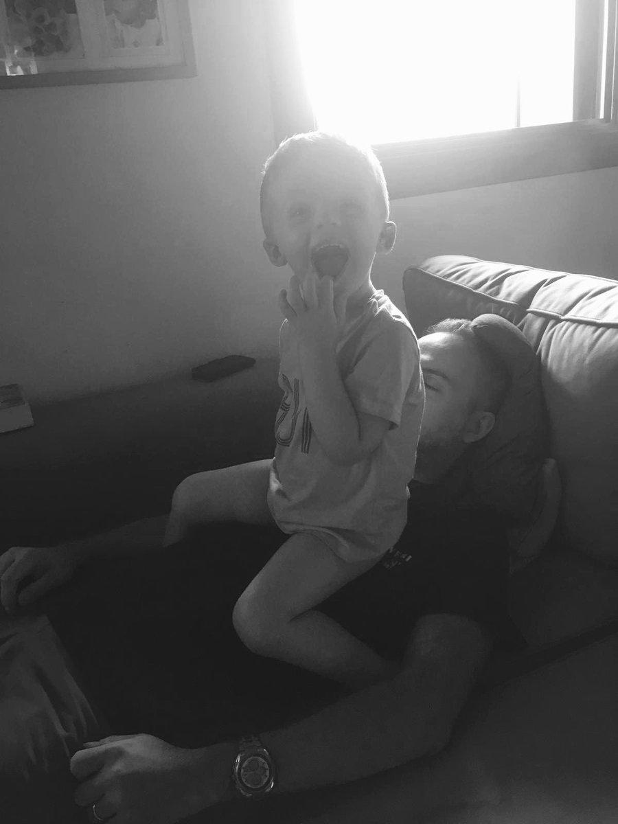 Quando provi a riposare dopo una dura settimana di lavoro #relax #figli #divano #sabato  - Ukustom
