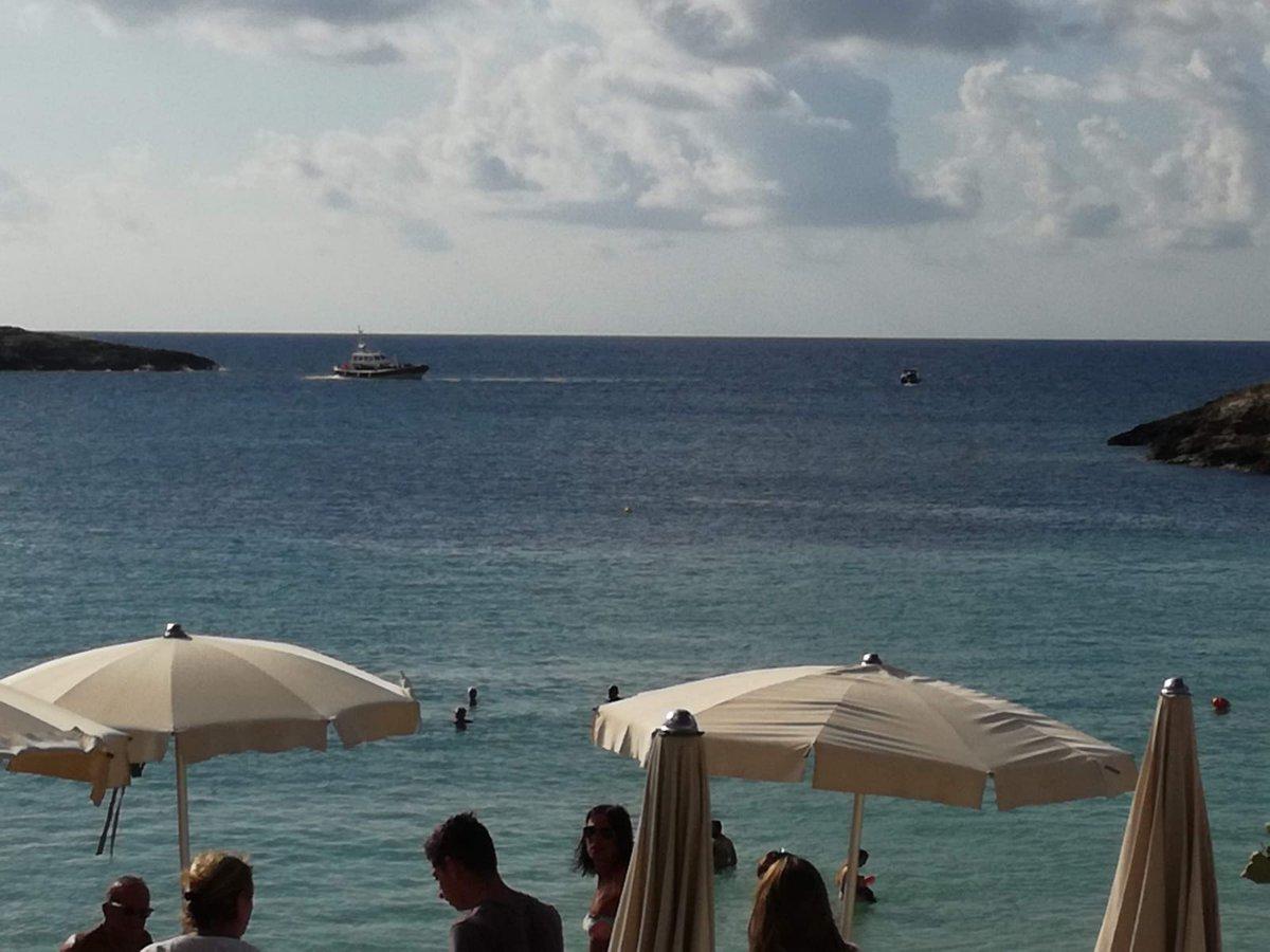 A pochi giorni dalla fine della #summerschool #AISterritorio, alcuni  allievi e docenti ancora a #Lampedusa sono testimoni dello #sbarco di un  gruppo di #migranti avvenuto #stamattina al molo #Favarolo.  - Ukustom