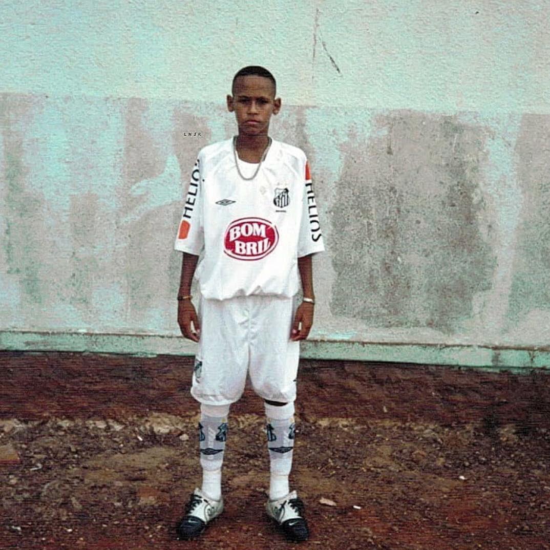 """Essa época eu sonhava muito alto, mas não sabia que poderia alcançar muito mais do que imaginava. Obrigado Deus por me fazer amar tanto o futebol 🙏🏽❤️⚽️ """"meu nome é favela..."""" 🎶"""