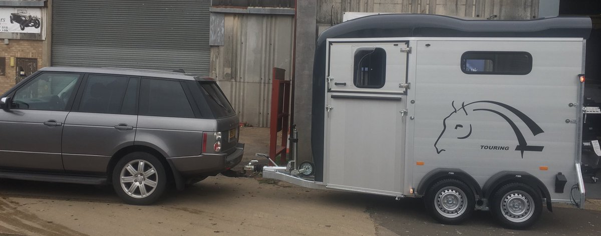 Lovely Cheval Liberte Touring Country with rack room off to its new home. More in stock and also the Touring One (single trailer). #chevalliberte #chevalliberté #touringcountry #horsetrailer #horsetrailers #equestrian #equestrianstyle #horse #horses #ponyclubpic.twitter.com/cIggCZDgO9
