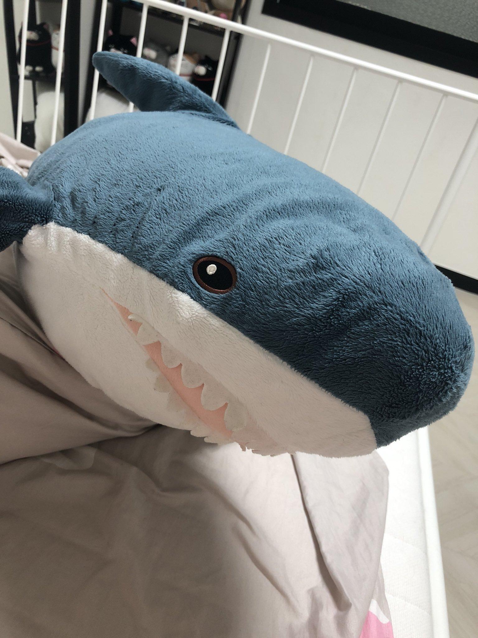 этой фотки акула из икеи миниатюрных бургеров