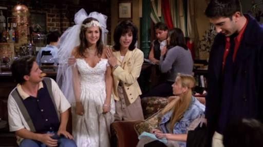 Rachel desistiu do casamento e entrou assim no Central Perk 24 anos atrás. Foi exatamente hoje, dia 22 de setembro, que o primeiro episódio de Friends foi ao ar nos EUA. ❤️