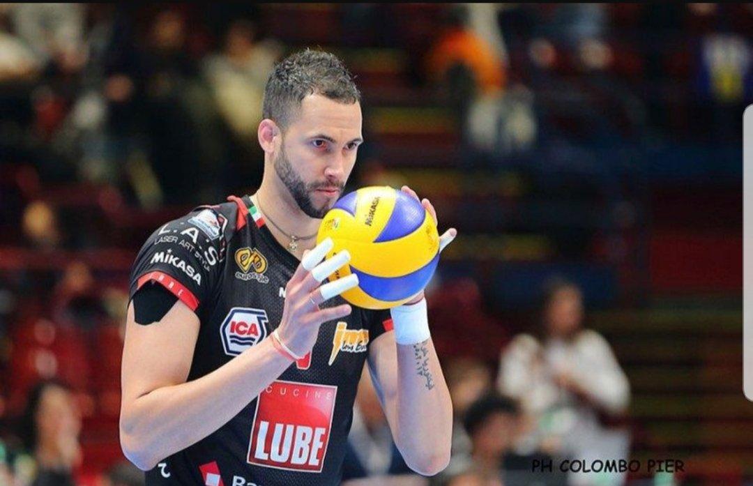 #Italia #VolleyMondiali18#Giannelli ricama palloni e fa girare la squadra. Lo #zar picchia duro e cattivo, ogni schiaffo alla palla è una sentenza. Poi c\