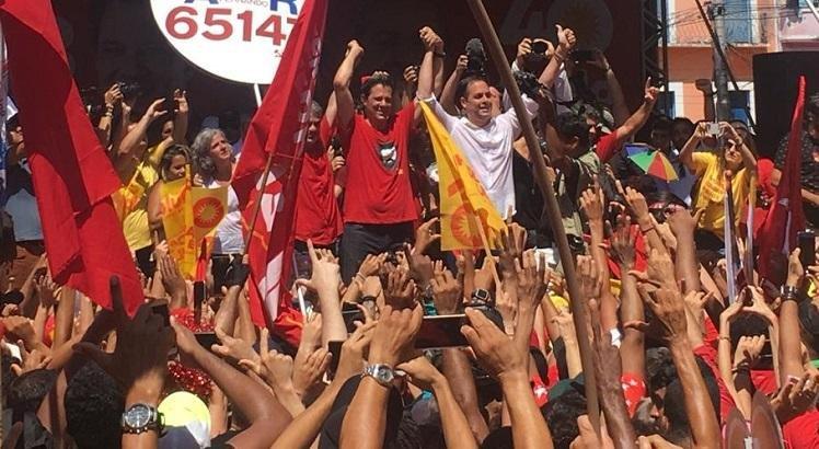 Paulo Câmara é vaiado em ato de campanha de Haddad no Recife  #EleiçõesSJCC #Eleições2018