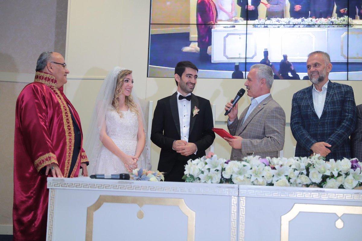 Ümraniye'den dostumuz Muammer Varlı beyin kızı Nigar Müge ile Sezer kardeşimizin nikah merasimlerine şahitlik ettik. Allah mesut ve bahtiyar etsin.