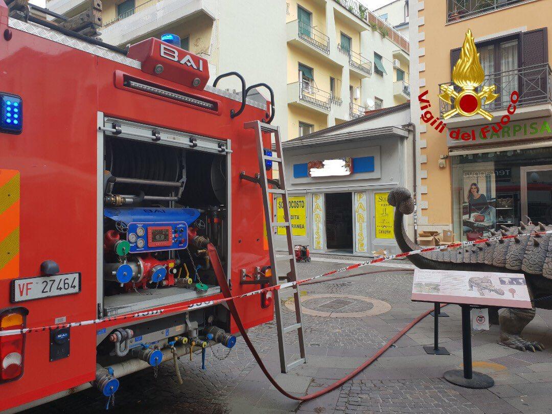 Squadre dei #vigilidelfuoco sono intervenute a #Cosenza in Corso Mazzini per domare l'#incendio di un esercizio commerciale #soccorsiquotidiani  - Ukustom