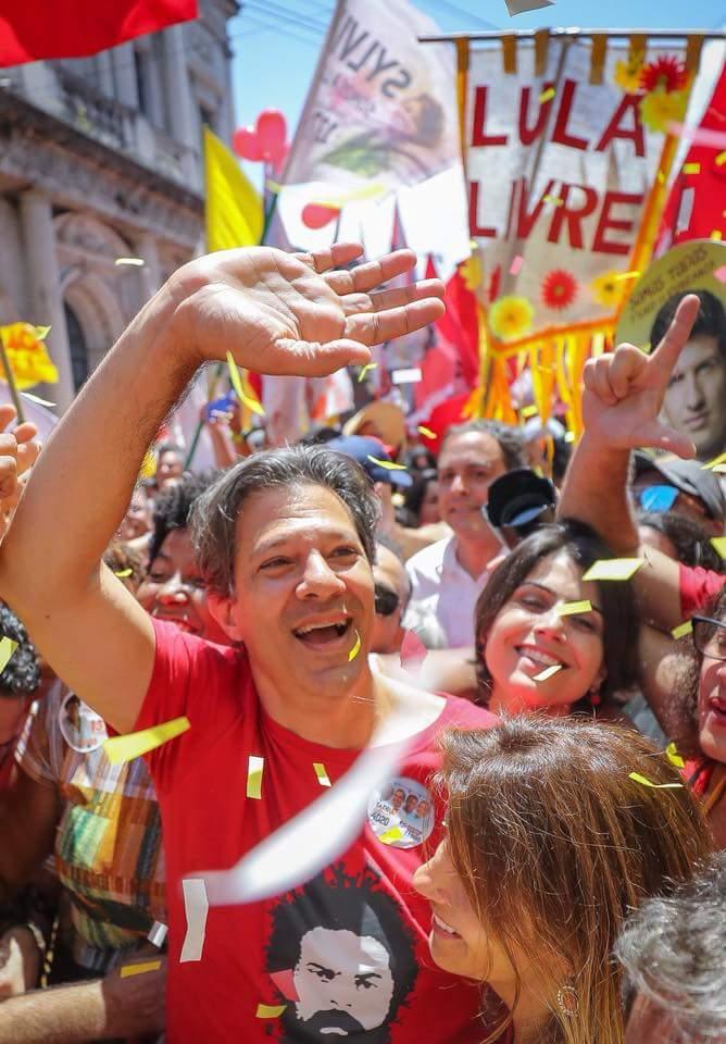 Lembra o Galo da Madrugada, mas foi a passagem, hoje, pelo Recife do candidato Fernando Haddad.