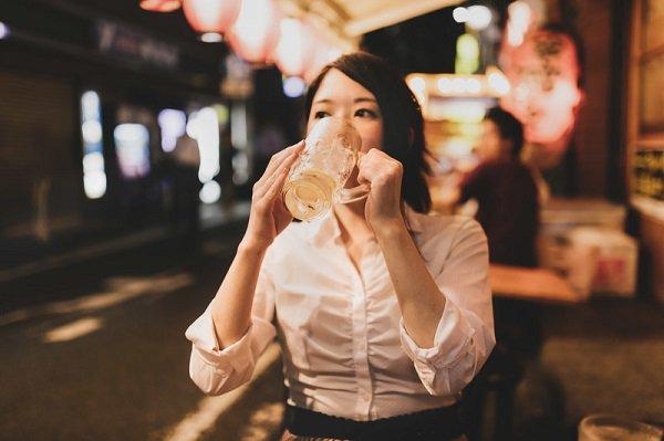 【調査】「1人で外食」約8割が経験 ぐるなびが発表 https://t.co/80u08C0mf1  男性はラーメン店・定食屋など、女性は喫茶店・ファミレスなどが多く、約2割の女性が1人で回転寿司に行くと回答した。