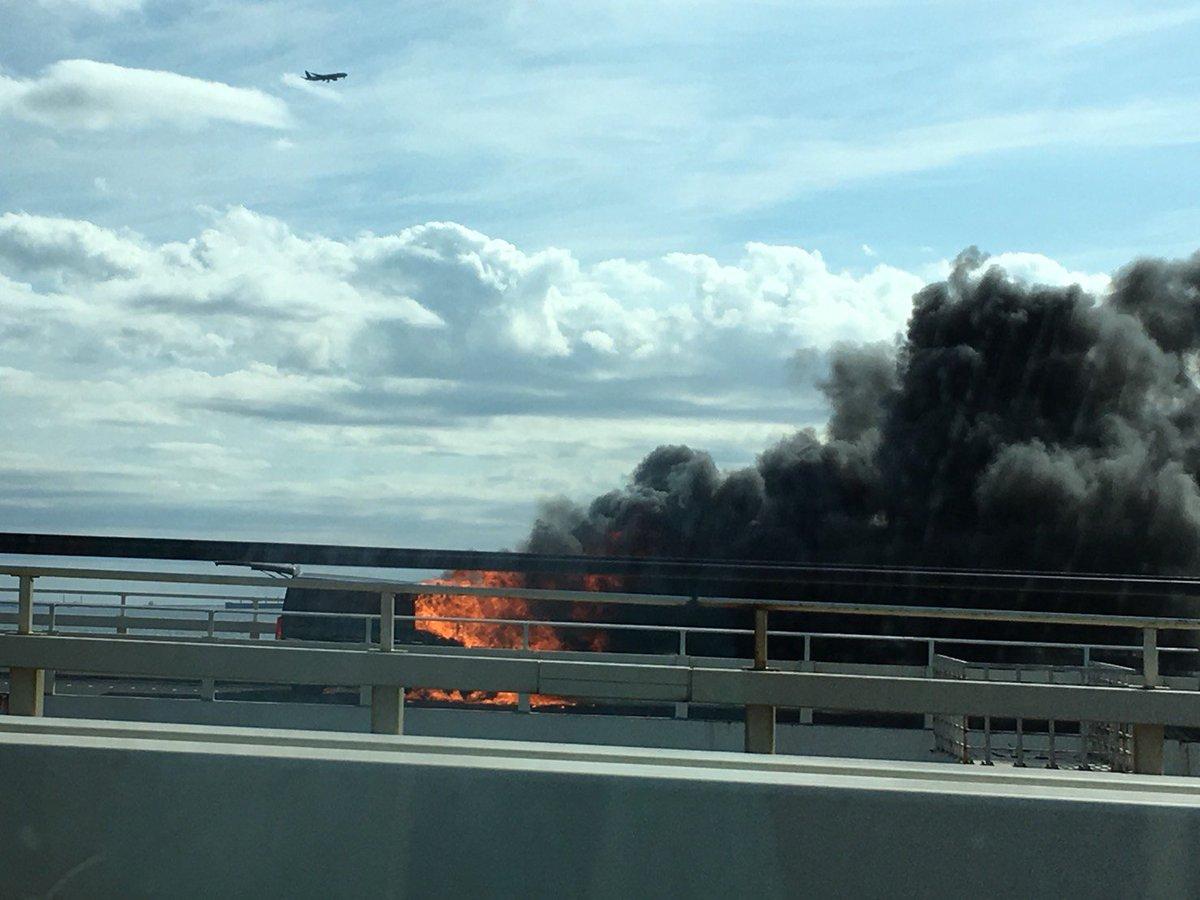 アクアライン海ほたるで燃える車の火事現場の写真画像
