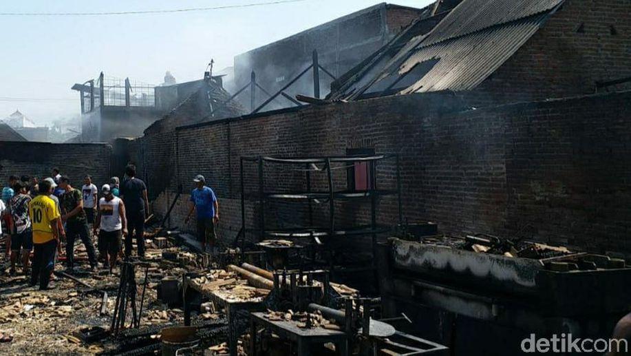 Gudang Sandal di Sidoarjo Terbakar, 8 Rumah Turut Terjilat Api https://t.co/LcXu9hICsl https://t.co/LhkjdmMRYj