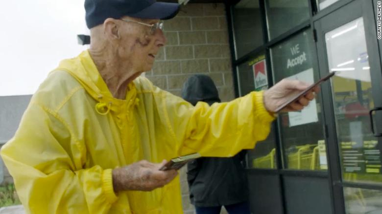 This 94-year-old World War II vet hands out chocolate bars to strangers and people love it.  He's been melting hearts around Long Grove, Iowa, for more than 10 years -- during which time he's given out nearly 6,000 chocolate bars. https://t.co/DIPGw0Ywx9