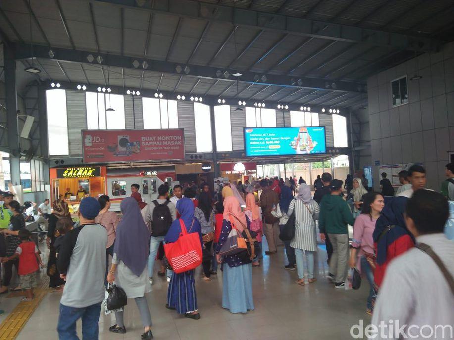 KRL Alami Gangguan, Penumpang Membludak di Stasiun Tanah Abang https://t.co/8abDsm3CMb https://t.co/3KSV0ULO4x