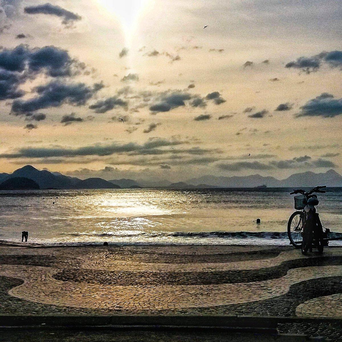 Copacabana - Rio de Janeiro  Samsung J5 Snapseed  #fotocelular #mobilephotography  #riodejaneiro #copacabana #praiadecopacabana #solnascente #sunrisepic.twitter.com/xAxr4m3NgU