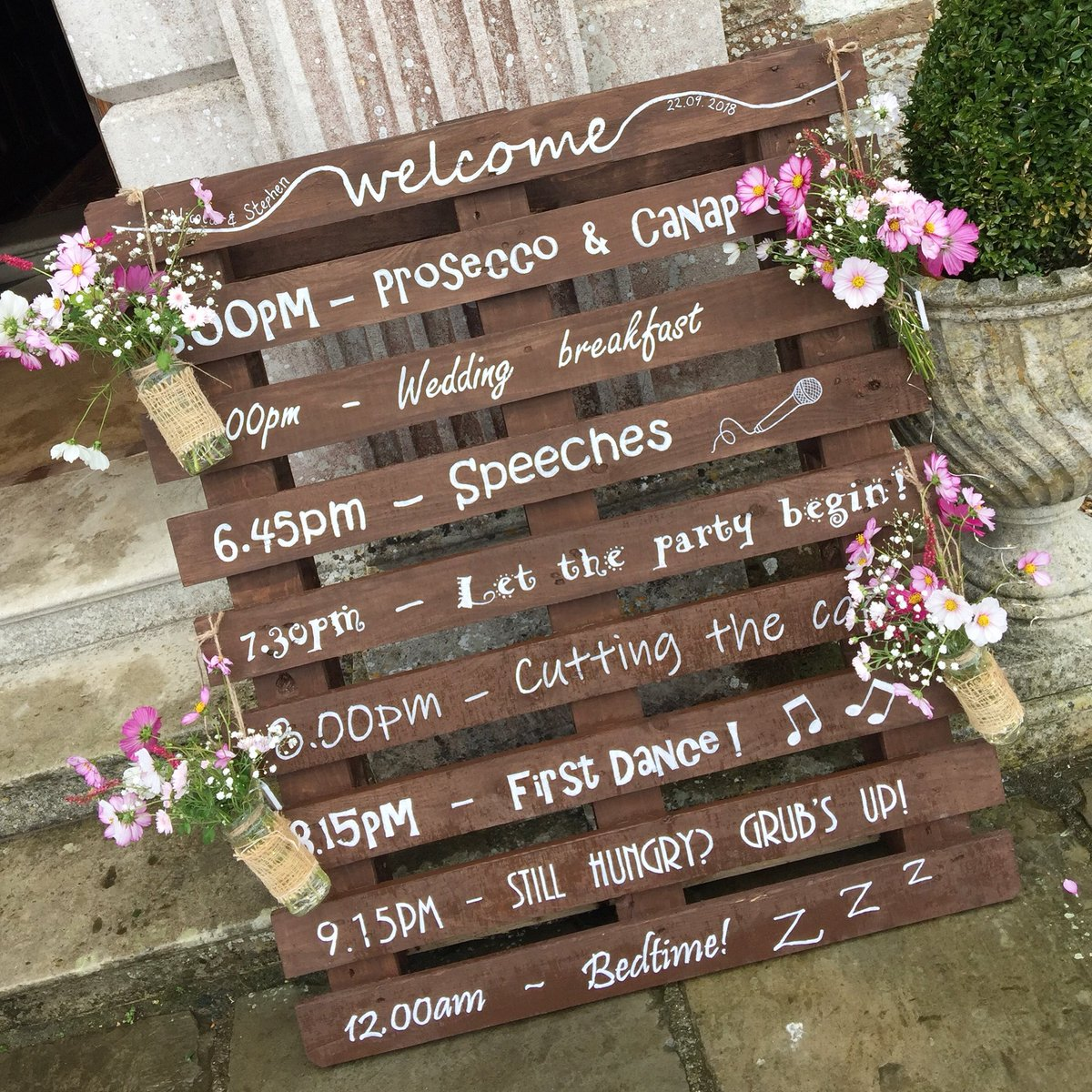 What's on! A great way to let your guests know the order of the day @Loseleyevents #weddings #weddingideas #weddinginspiration #gettingmarried #weddingday #surreywedding