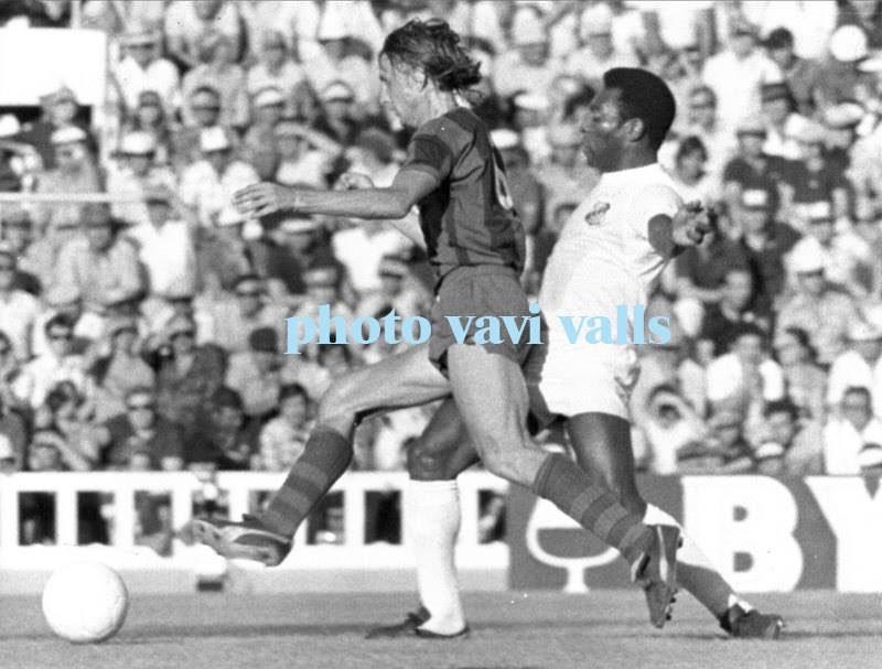 #JohanCruyff and #Pelé in the match between #FCBarcelona and #SantosFC (4-0) for the #RamónDeCarranza Trophy in #Cádiz in 1974.