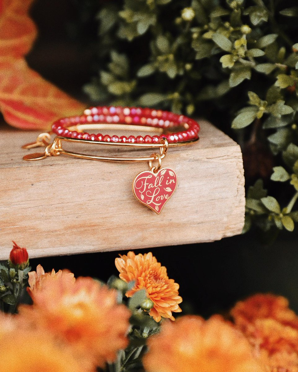 It's #AutumnEquinox so we're GIVING AWAY our new #FallInLove Charm. Retweet this and tag three of your fall-obsessed pals for a chance to win! 🍂 bit.ly/2DlOT1n #FallEquinox #FirstDayOfFall