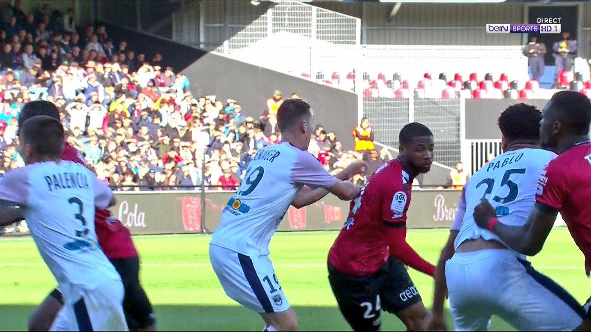Et la faute avant de #Thuram sur #Pablo qui lui tire le maillot ... ?? #Arbitrage a 2 vitesses !! #Var Inutile  #EAGFCGB #Bordeaux #Guingamp #FCGB #Ligue1 @LFPfr @Ligue1Conforama  - FestivalFocus