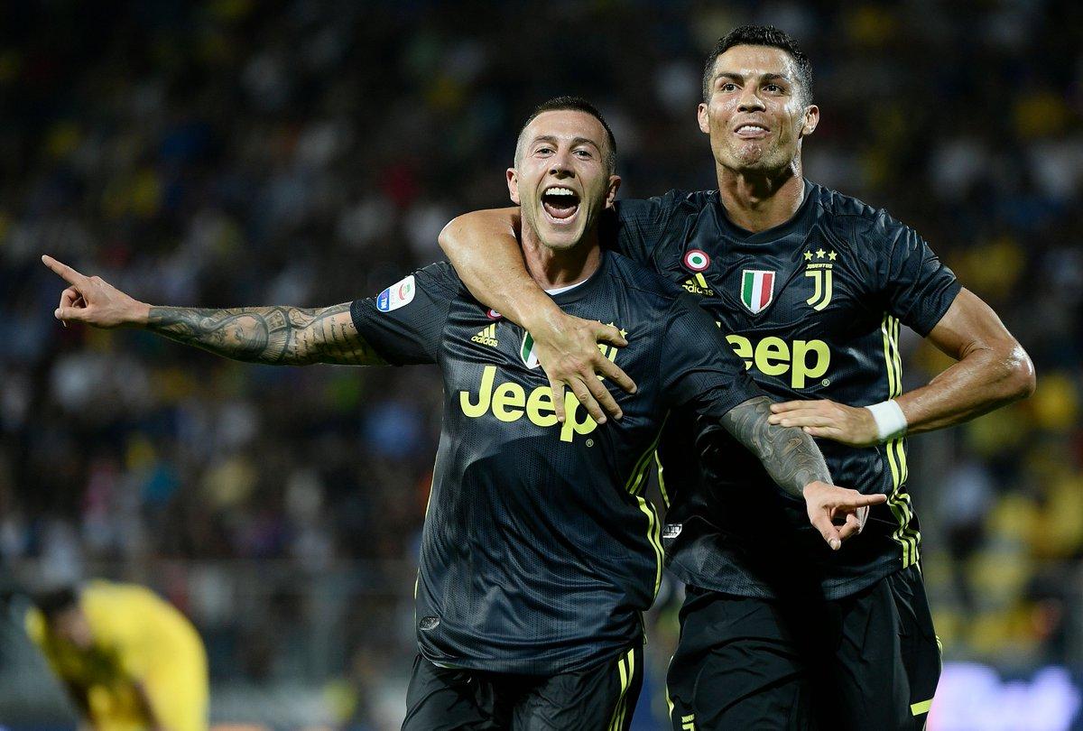La @juventusfc fa 5️⃣ su 5️⃣  La Vecchia Signora vince anche a Frosinone, nei minuti finali ci pensano @Cristiano #Ronaldo e @officialfb29 ⚪️⚫️  #UCL