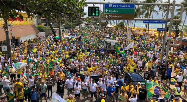 Ato pró-Bolsonaro reúne multidão na Zona Sul do Recife >>