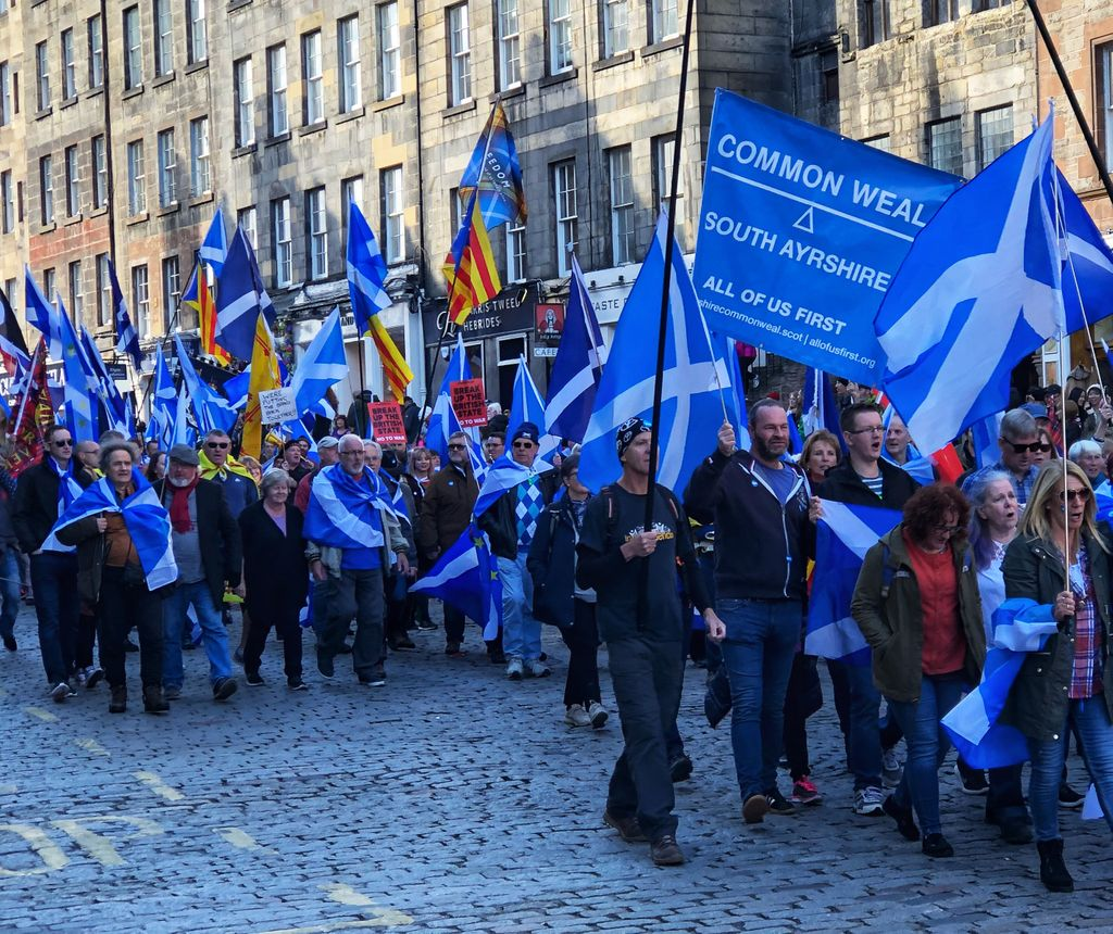 In Edinburgh, tens of thousands of people went on track for the independence of Scotland Do1iakFUwAA0LCz