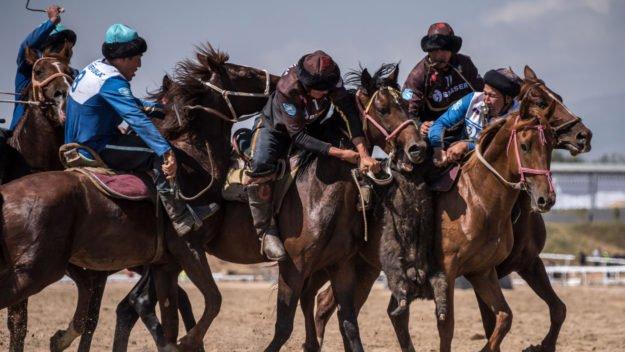 首なしヤギを奪い合う「ノマド五輪」で遊牧民の誇りを取り戻せ! | 骨投げ、鷲狩り、騎馬レス… 熱き戦いに血が騒ぐ - https://t.co/XvsZyIPeWS #ノマドゲームズ #キルギス