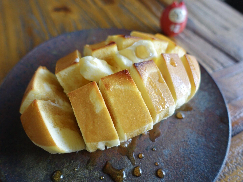 ヤマザキパンの北海道チーズ蒸しケーキに切れ目入れてトースターで焼いてバターとメープルシロップかけたやつ。罪深い…。ぜひやってみてください…。ほら秋だし。 みんな育児頑張ってるし。