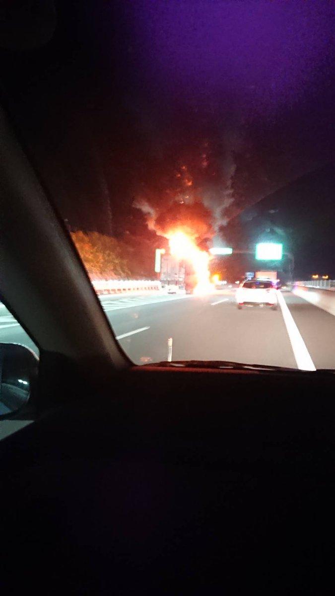 新東名の新城IC付近で車両火災の現場の画像