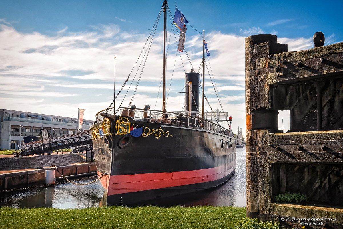 """Terugblik - 28 september 2015. Historisch """"Ramtorenschip de Buffel"""" ligt er maar zonnig bij in het Groote Dok in #Hellevoetsluis. Niets mis mee! En toch, er mist iets op deze foto, wie ziet het?"""
