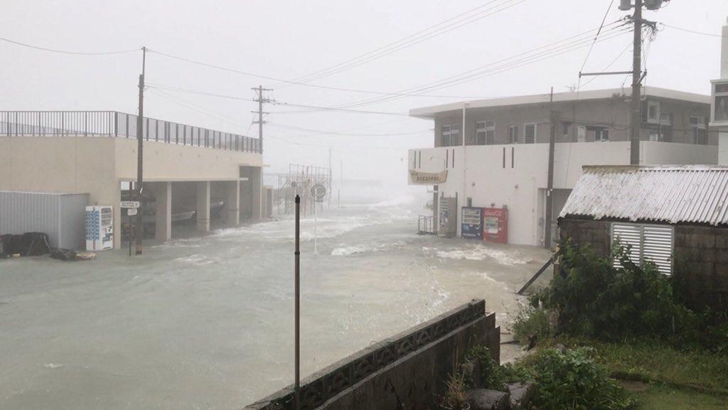 南城市奥武島が台風で冠水している現場の画像