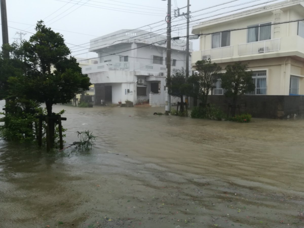 台風で沖縄市泡瀬の道路が冠水している現場の画像