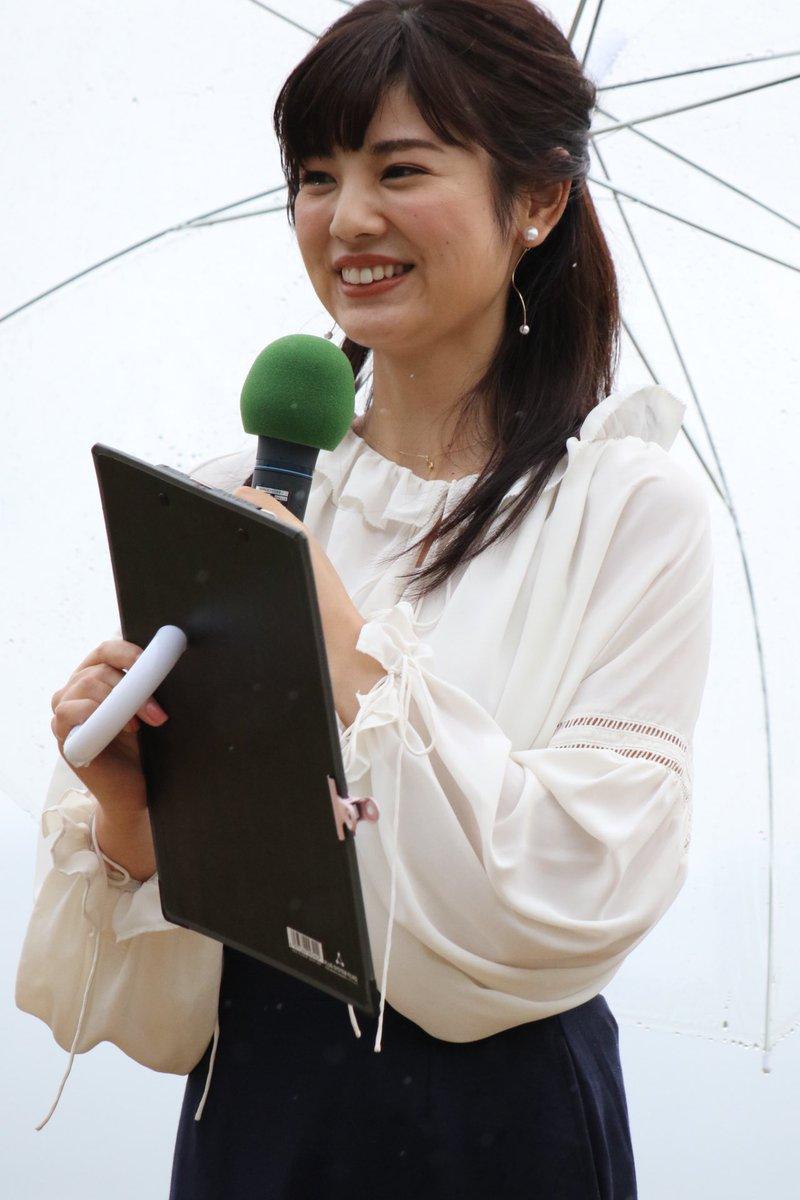 曽田麻衣子傘を持って外で中継姿