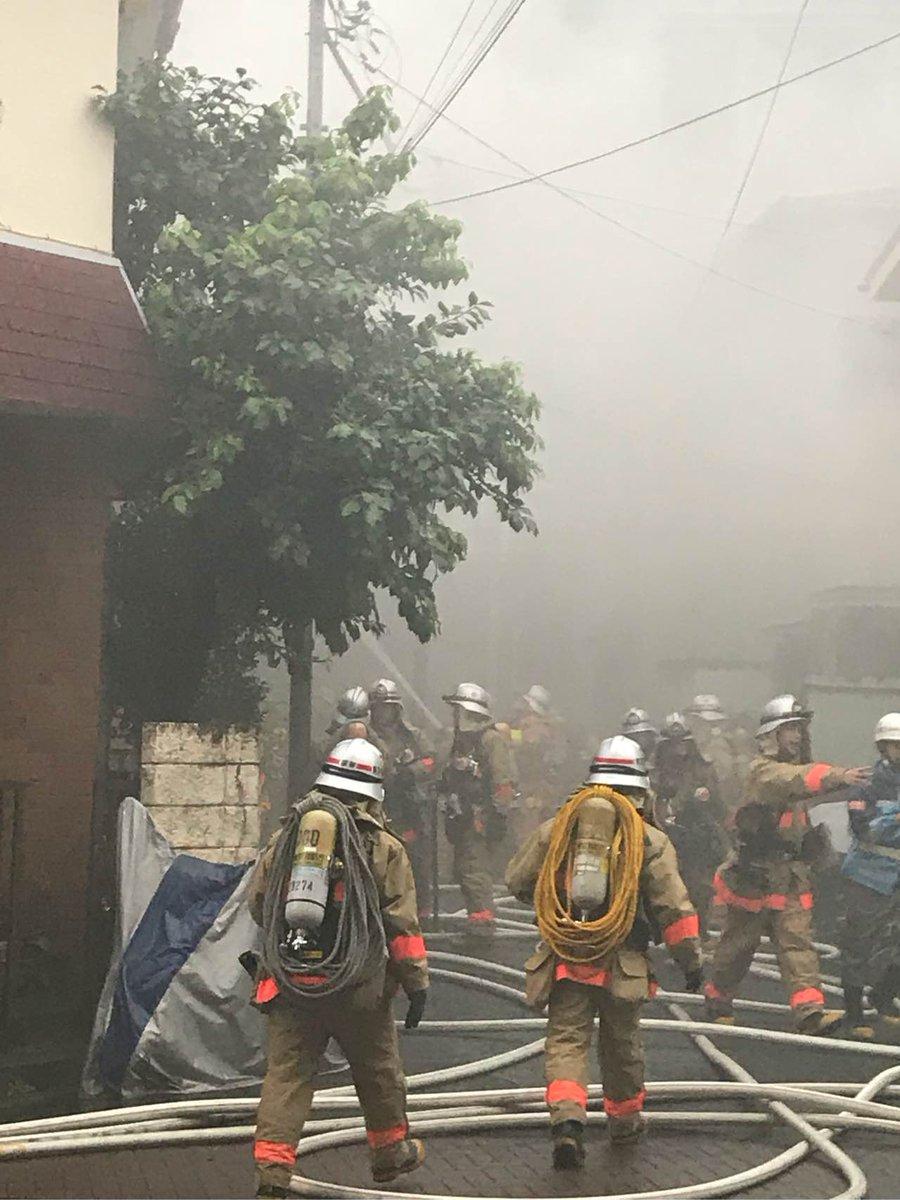 狛江駅前が火事が起きている現場の画像