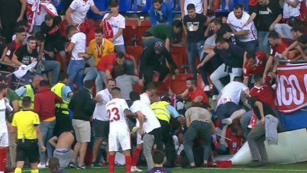Болельщики Севильи пострадали при падении заграждения в матче с Эйбаром - изображение 1