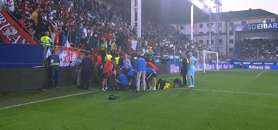 Болельщики Севильи пострадали при падении заграждения в матче с Эйбаром - изображение 3