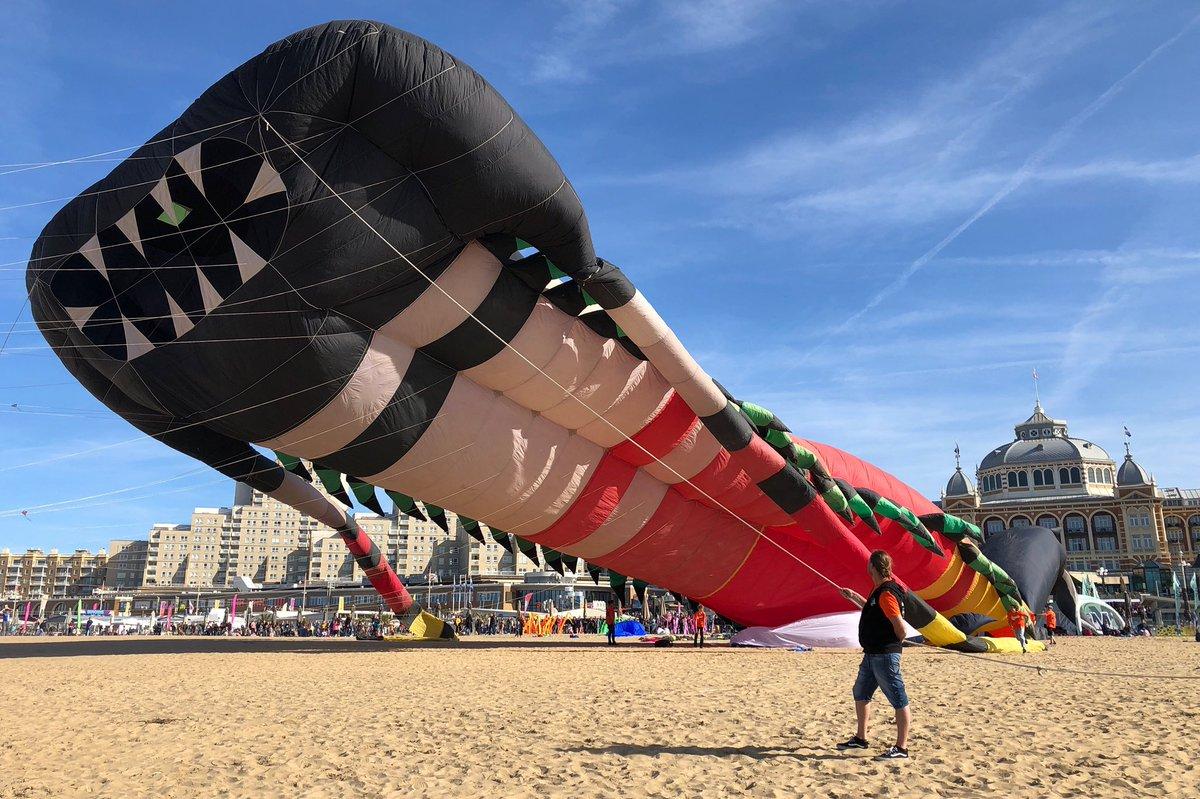 Zonnig warm en gezellig druk op het #strand in #scheveningen. Het #Vliegerfestival heeft wel te maken met een #draak van een #wind! Men vroeg het publiek te helpen blazen, al was het vanaf het heerlijk warme #terras! Fijne dag! - @EdAldus