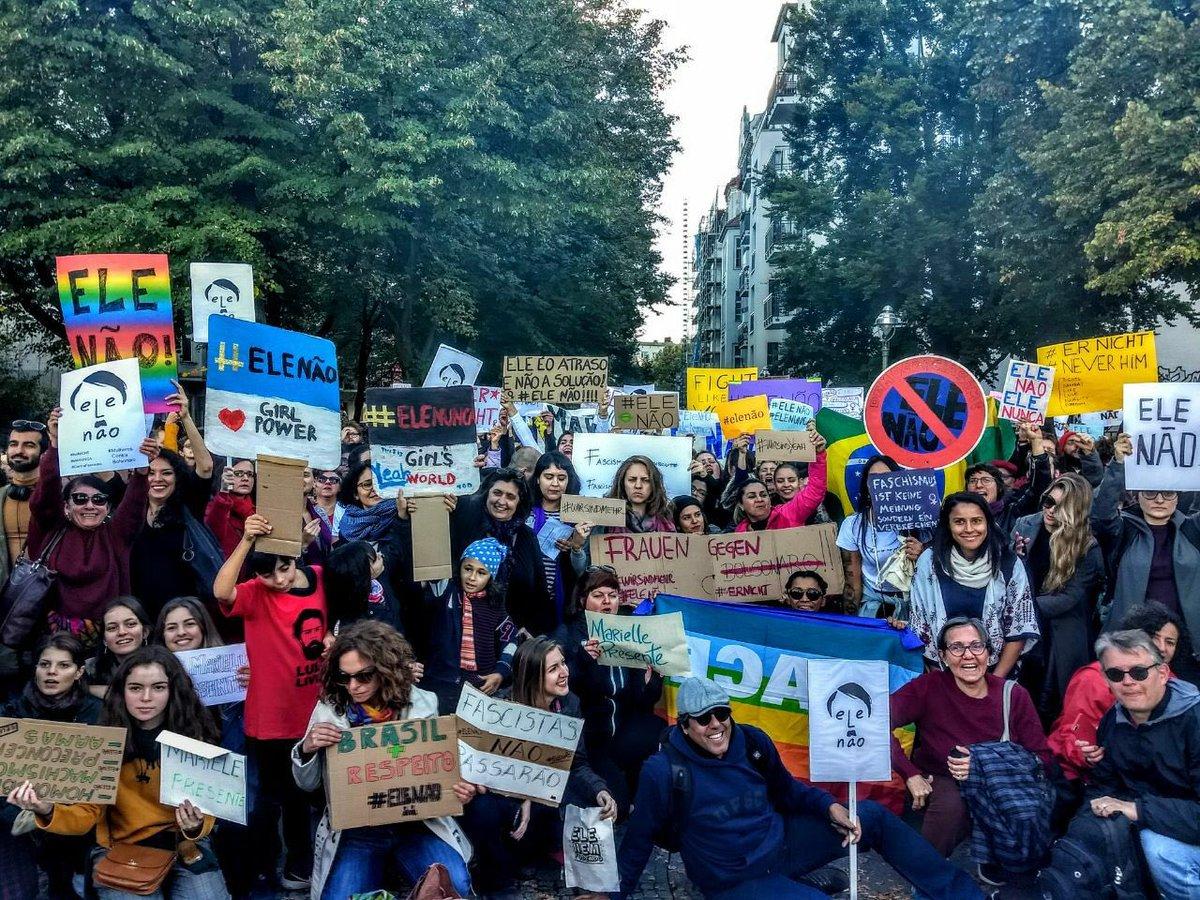📢 Berlim: Manifestantes do movimento #EleNão reunidos em Kreuzberg (📸 Joana Varon)