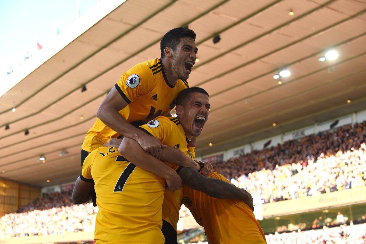 Raúl Jiménez festeja el gol de Cavaleiro