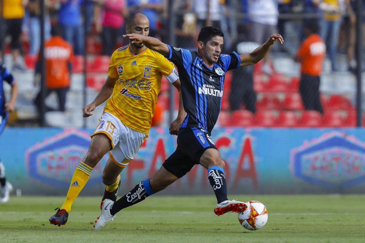 Guido Pizarro y Jaime Gómez en disputa por el balón