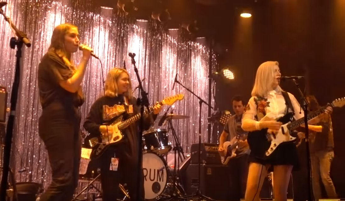 Watch @alvvaysband, @Snailmailband, & @hihatchie cover the Hummingbirds in Brooklyn https://t.co/34FjEtxGA1 https://t.co/7LAaxwYkMh