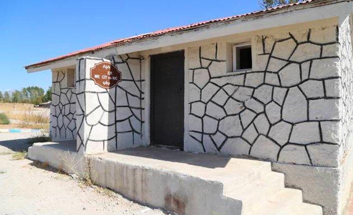 Ermeni mezarlığı üzerine yapılan tuvaletler '60 gün içerisinde kaldırılacak' denmişti 1 yıl geçti kaldırılmadı  https://www.demokrathaber.org/guncel/ermeni-mezarligi-uzerine-yapilan-tuvaletler-60-gun-icerisinde-h107912.html…