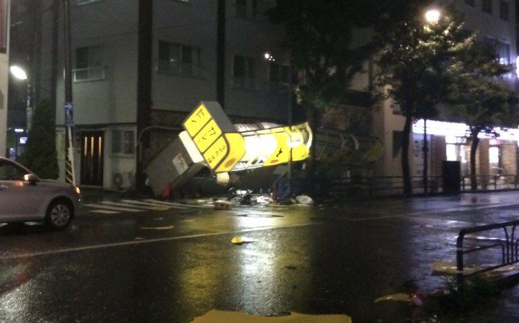 台風24号で倒壊した高円寺のうどん屋店舗の写真画像