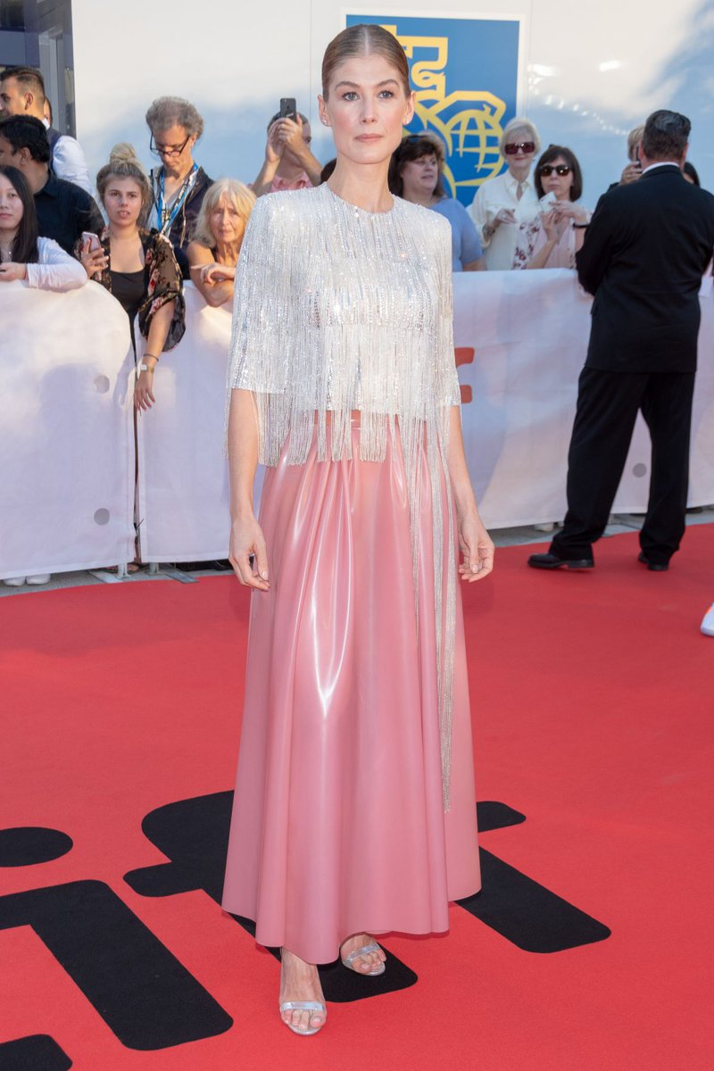 """Latex kitscH on Twitter: """"Rosamund Pike wears a daring #latex look by  #Givenchy couture on the red carpet at #Toronto International Film Festival  #rubber #latexfashion #latexstyle #latexcelebs #celebrity #latexdress #ラバー  #ラテックス #RosamundPike…"""