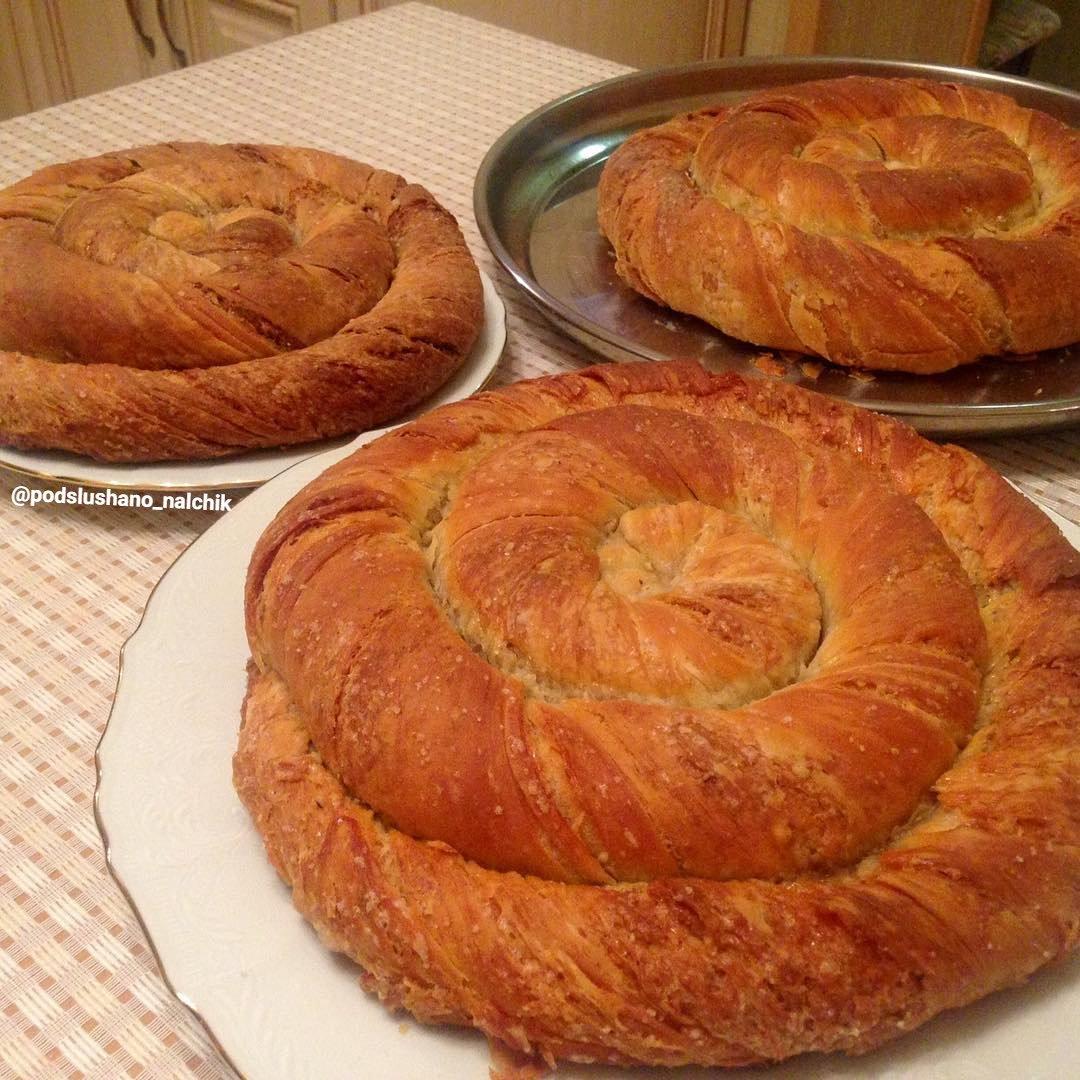 В конце защепляем края хлеба и долго, от 40 минут до часа, выпекаем в не очень горячей духовке ( градусов).