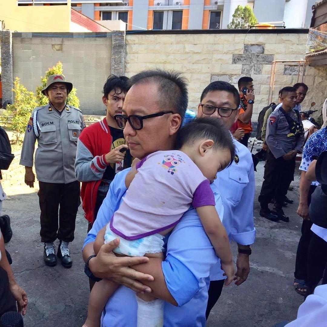 Menteri Sosial, Agus Gumiwang Kartasasmita sedang menggendong anak kecil