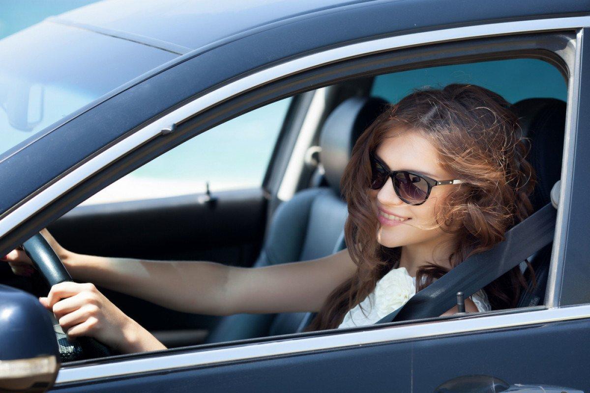 Картинки девушка на машине за рулем, поздравить
