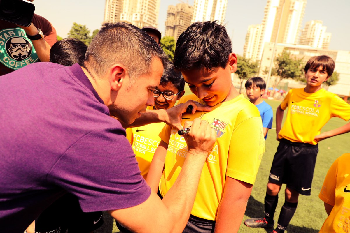 🇮🇳 Javier Saviola given warm reception at #BarçaAcademy Delhi 👍 READ MORE:  👍